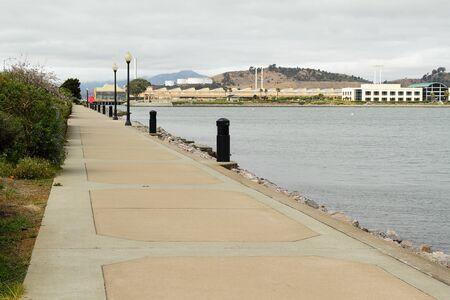 曇りの日には港をトレイルします。 写真素材