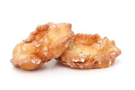白の背景に分離された 2 つのドーナツ