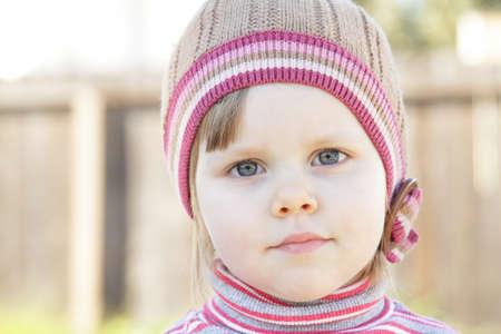 ニット帽子かわいい幼児の女の子のクローズ アップ ショット 写真素材