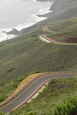 海沿いの丘の道