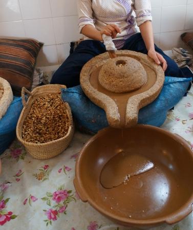 Eine marokkanische Arbeiter Vorbereitung Argan oil.Argan Kraut ist berühmt in Marokko Standard-Bild - 24040453