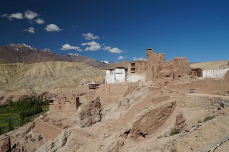 sacramentale: Bella vista panoramica di antica fortezza e monastero buddista Gompa in Basgo valle, distretto di Leh, Ladakh, India del Nord Archivio Fotografico