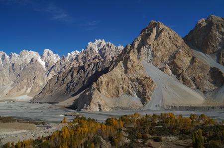 パキスタンの青い空と美しいカラコルム山脈 写真素材