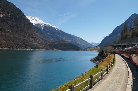 treno espresso: Bellissimo il panorama dalla Svizzera a Tirano con il treno Bernina Express Editoriali