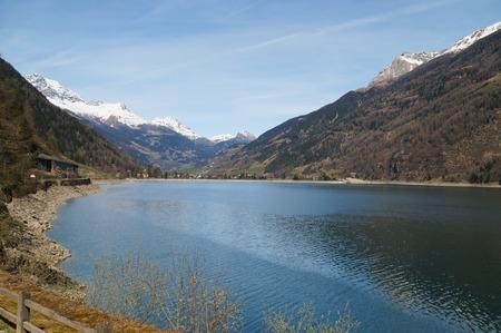 treno espresso: Bellissimo lago e la montagna dalla Svizzera verso l'Italia con il treno Bernina Express