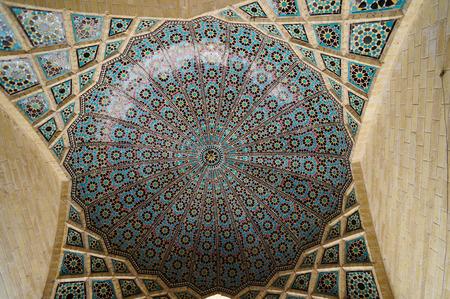 Nasir al-Mulk moskee is een traditionele moskee in Shiraz, Iran. Het staat bekend als de Masjed-e Naseer ol Molk. Redactioneel