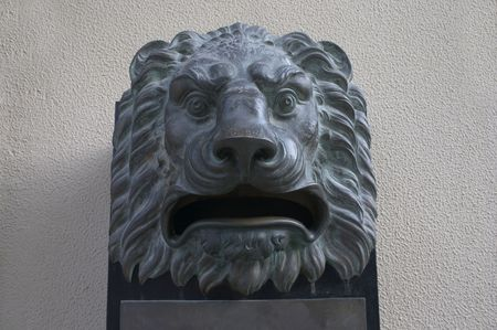 postes: mailbox with form of lion head