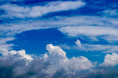 青い背景に白い背景を持つ空の画像