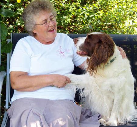 Lady en de hond met een gesprek over iets?