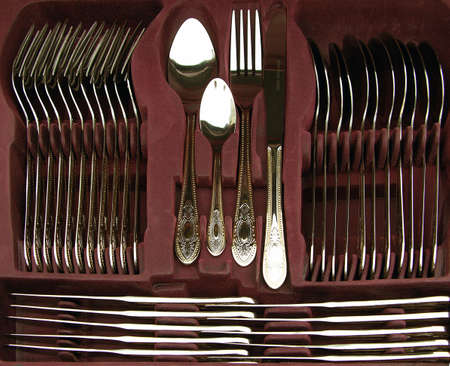 cubiertos de plata: Caj�n de los cubiertos de oro chapado en acero inoxidable Foto de archivo