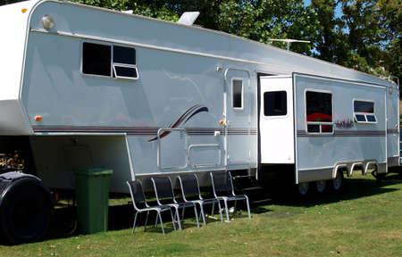 Caravan geparkeerd op een terrein voor vakanties Stockfoto