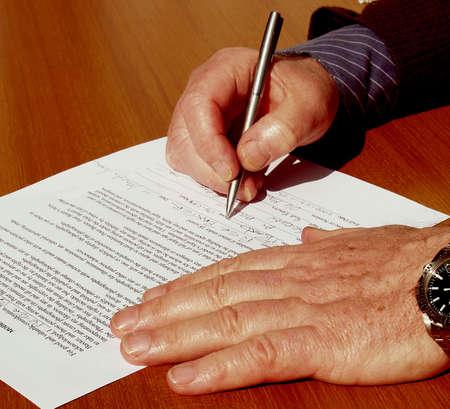 Ondertekening van het contract een zakenman op een tafel Stockfoto