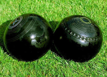 Bowls kiss in crown green bowling tournement