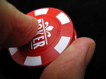 Het plaatsen van een weddenschap man in een casino met chips Stockfoto