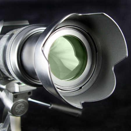 Lens van de camera op een statief met telephoto lens