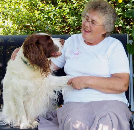 woman with dog: Dama de perro y de tener una conversaci�n sobre algo?  Foto de archivo
