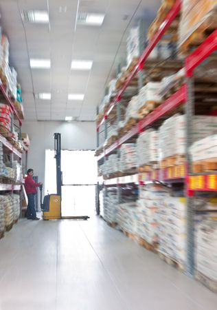 Yellow fork lifter work in big warehouse Standard-Bild