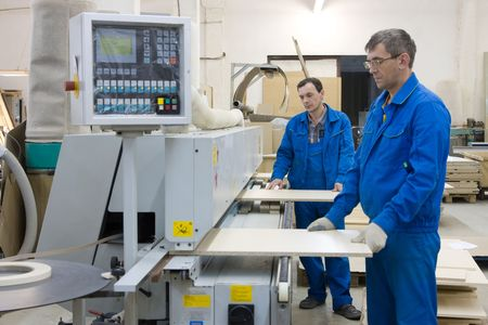 operates: Gli operatori che lavorano con il legno pannelli macchina