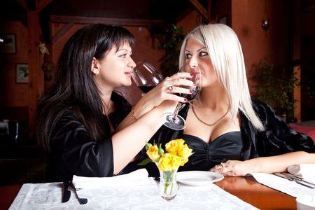 fraternidad: Dos amigas beber vino hermandad