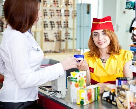 cassa supermercato: donna facendo shopping in supermercato e pagare con carta di credito Archivio Fotografico