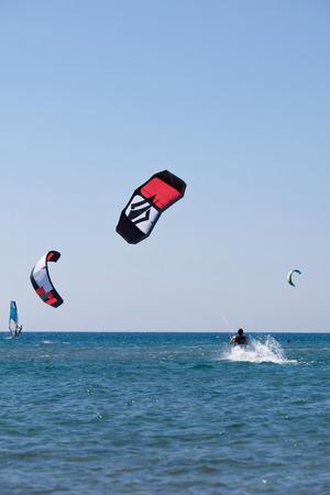 Kiteboarding in sea Standard-Bild