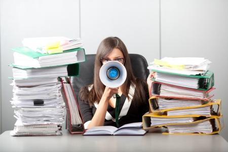 papier a lettre: Femme d'affaires criant avec un megaphoneBusiness Femme dans le bureau surcharg� de travail