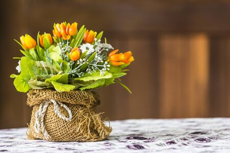 arreglo floral: flores artificiales hechas de tela