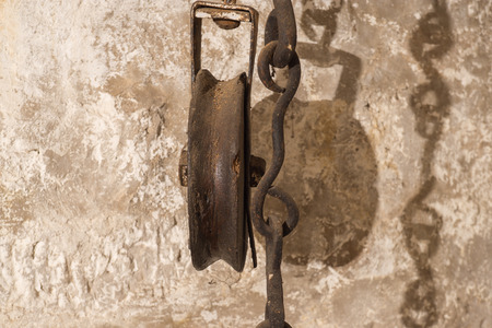 polea: Old pulley with chain in detail vintage Foto de archivo