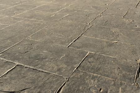 Grijs gestempeld betonnen leisteen naadloze structuurpatroon, bestrating buiten, decoratieve uitstraling kleuren en texturen van bestrating leisteen stenen tegel op cement patio design, perspectief