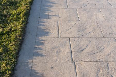 Estampado patrón de piedra de pizarra pavimento de hormigón, colores y texturas aspecto decorativo de pavimento de baldosas de piedra de pizarra en el cemento Pavimentos decorativos exteriores, perspectiva