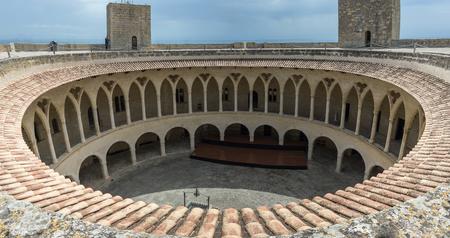 Anochecer en la parte superior del Castillo de Bellver, Mallorca Foto de archivo - 78903508