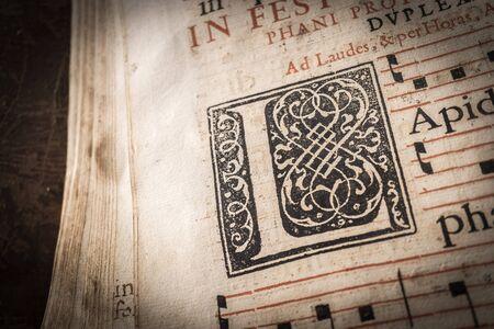 木製書見台の教会の聖歌隊の本。資本の詳細の手紙、マクロ、非常に古い劣化本 16 世紀、ヴィンテージ 写真素材