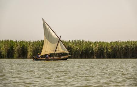 Traditionele houten boten die in een regatta varen. traditionele sport, Latijnse zeilschepen in de Albufera in Valencia, Spanje