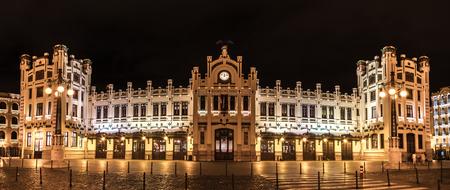 Estación del Norte, la estación de tren más importante de Valencia, transporte ferroviario, Estacion del Norte España gran angular, iluminación de las luces de la ciudad, panorama de vista nocturna Foto de archivo