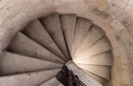 Średniowieczne rzeźbione kamienne schody ślimakowe ręcznie rzeźbione, na obrazie zamku nad głową