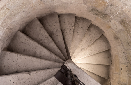 Mittelalterliche geschnitzte Steinschneckentreppe, handgeschnitzt, auf einem Schloss-Overhead-Bild