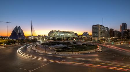 Vue sur la rue du coucher du soleil au rond-point moderne de Valence dans le centre-ville de Valence, Espagne, sur les toits de la ville