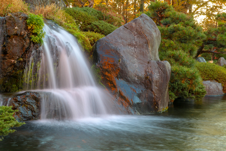 秋の日本で美しい滝を閉じる。