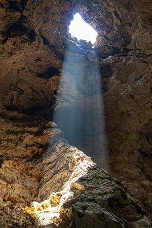 das sonnenstrahllicht durch loch in der höhle in thailand