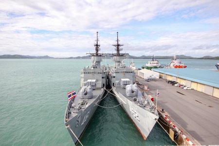 Chonburi, Tajlandia-September 21,2013: 2 Postój statku bojowego w pobliżu HTMS Chakri Naruebet jest największy w tajskim pancerniku wojskowym w Chonburi w Tajlandii