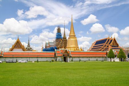 Widok na punkt orientacyjny świątyni Wat phra kaew w bangkoku w tajlandii