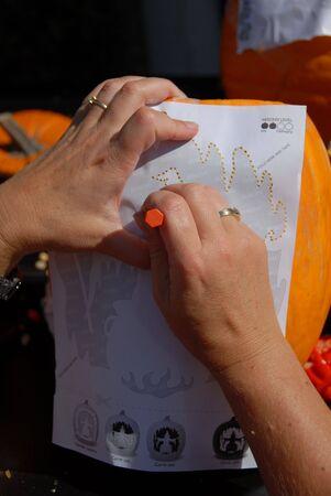carving pumpkin: Talla de calabaza