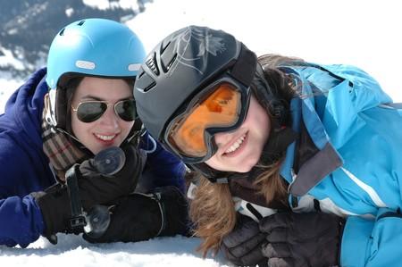 Anorak: Portrait von zwei Teenager-M�dchen, die Verlegung in Schnee  Lizenzfreie Bilder