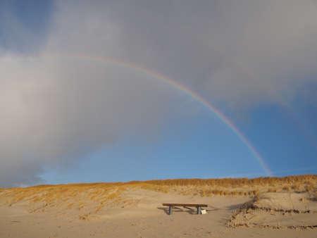 Regenbogen über den Dünen Standard-Bild - 90767803