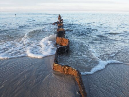 Wellenbrecher am sandigen Strand in Sylt Standard-Bild - 91207166