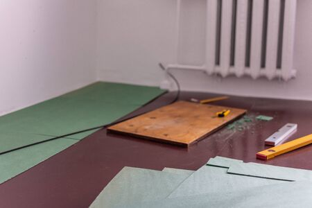 Sheets environmentally friendly underfloor for laminate and parquet , rulers and knife for cutting the underfloor, natural insulation from coniferous species Stockfoto