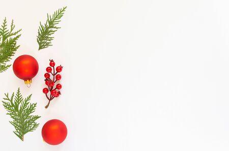 Feestelijke achtergrond, tak van meidoorn en kerstboomballen met spartakjes op een witte achtergrond, plat gelegd, bovenaanzicht, kopieerruimte Stockfoto