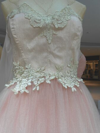 ピンクのスカートとビーズのドレス