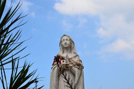 Standbeeld van Maria en hemel Stockfoto