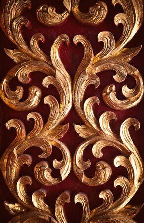 tallado en madera: La talla de madera de oro y decoración fondo rojo. decoración de la pared santuario de Asia